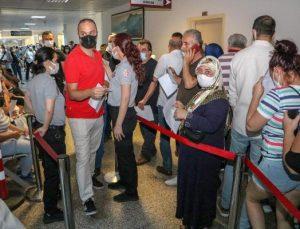 Yoğun ilgi nedeniyle aşı odaları önünde kuyruk oluştu