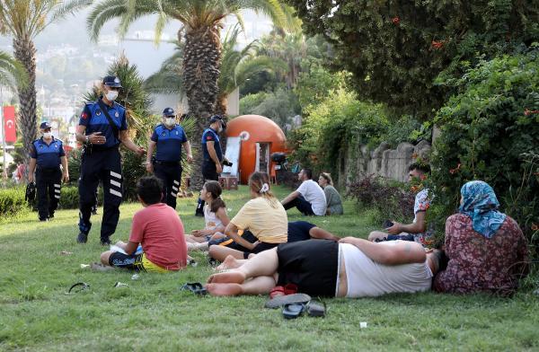 Alanya Belediye zabıtasından 'park tatilcilerine' müdahale