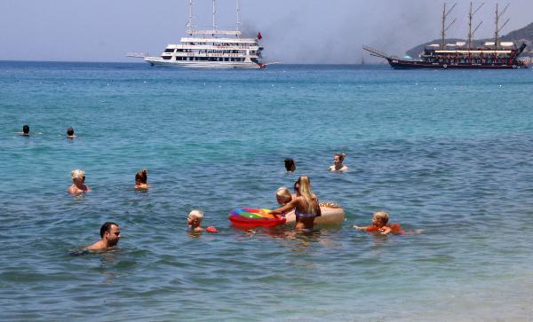 Alanya'da tatilciler denize girip, turistik yerleri gezdi