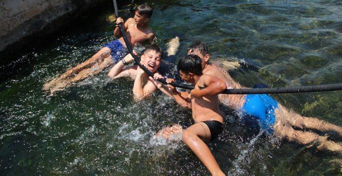Antalya'da çocukların su parklarına alternatif serin eğlencesinde hortum önlemi