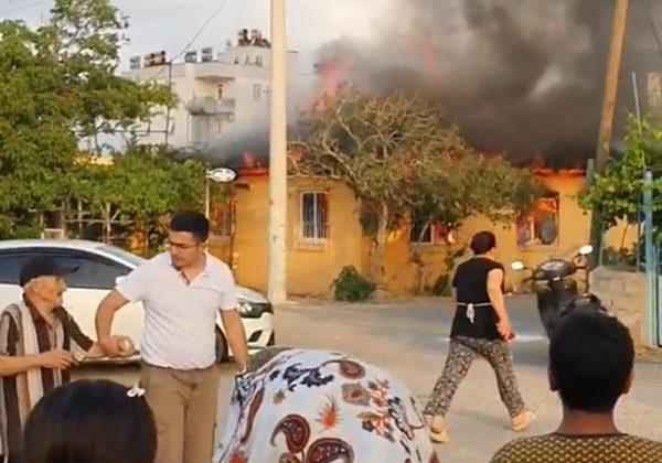 Antalya'da gecekondu, alev alev yandı