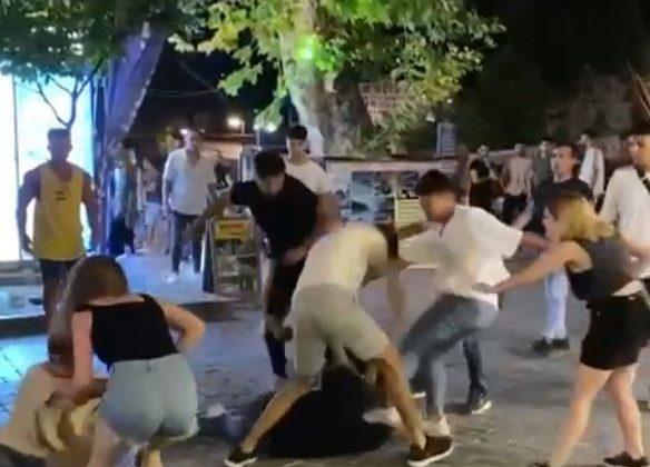 Antalya'da gençlerin tekmeli yumruklu kavgası