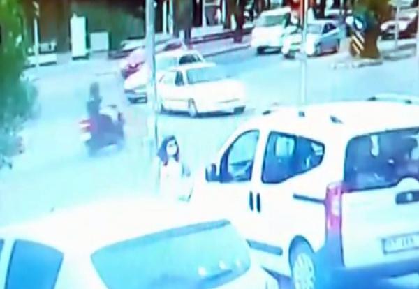 Antalya'da otomobille çarpışan motosikletlinin öldüğü kaza kamerada