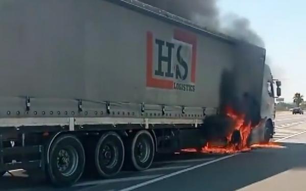 Antalya'da seyir halindeki TIR, alev alev yandı