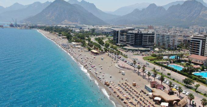 Antalya'da tatilciler sahilleri doldurmaya başladı