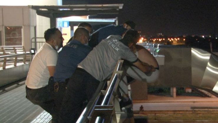 Antalya'da üst geçitteki intihar girişimi polisin hamlesiyle önlendi