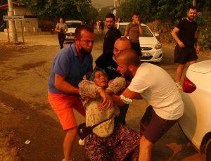 Antalya'da yangın bir mahalleye daha sıçradı, vatandaşlar canını zor kurtardı