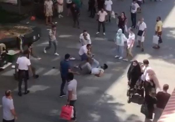 Antalya'nın en işlek caddesinde tekme tokatlı kavga kamerada