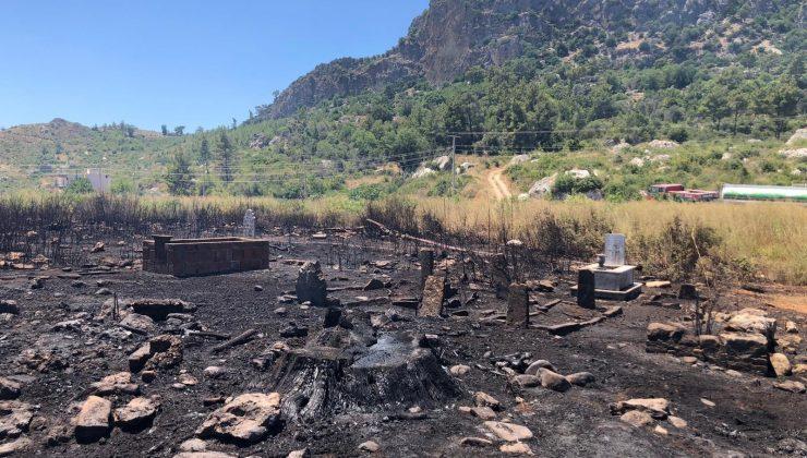Araçta çıkan yangın makilik alanı ve mezarlıkları küle çevirdi