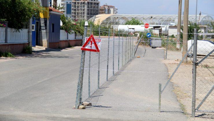 Arsasından geçen yolun bir bölümünü tel örgü ile kapattı