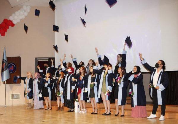 AÜ Sağlık Bilimleri'nde mezuniyet sevinci