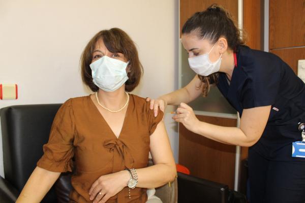 AÜ'de sağlık çalışanları ve 50 yaş üstüne 3'üncü doz aşılama başladı
