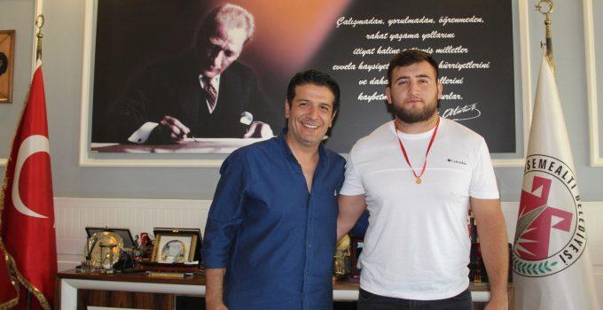 Başkan Genç'ten Başpehlivan Ali Gürbüz'e 5 büyük altın