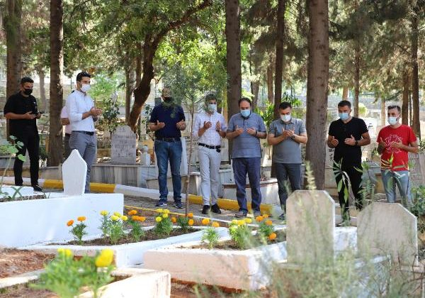 Başkan Yücel'den şehitlik ve mezarlığa bayram ziyareti