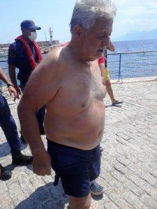 Akıntıya kapılıp denizde 2 saat mahsur kalan yaşlı adamı sahil güvenlik kurtardı