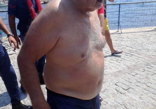 Boğulmak üzereyken Sahil Güvenlik ve deniz polisi kurtardı