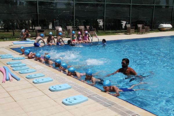 Çocuklarına imrenen aileler de yüzme eğitimi istedi