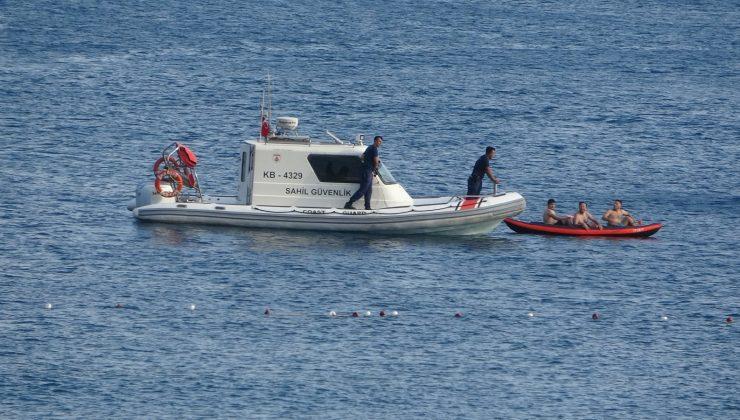 Dünyaca ünlü sahilde kano ile denize açılan gençler, polisi alarma geçirdi