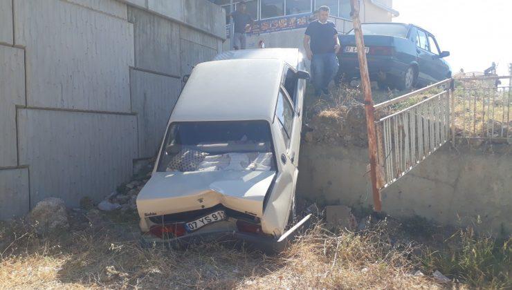 El freni çekilmeyen otomobil 5 metreden aşağı düştü
