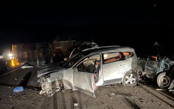 Freni boşalan kamyonu, araçlara çarpmamak için yan yatırdı: 5 yaralı