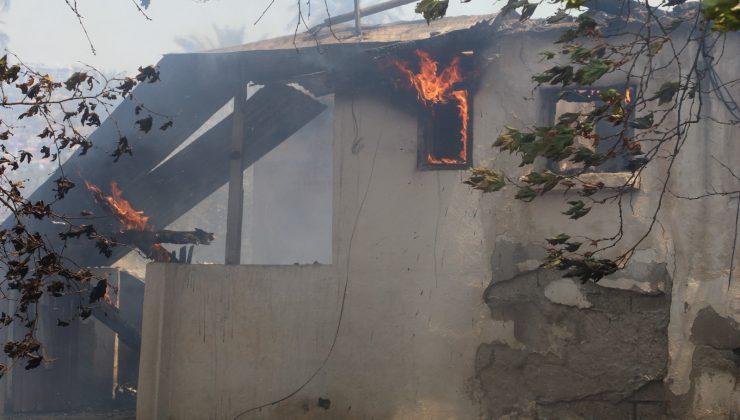 Genç kadın itfaiyecinin yangında zor anları