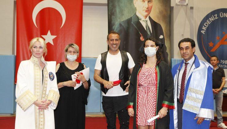 Görme engelli hukuk öğrencisi, diplomasını Haluk Levent ve Özlenen Özkan'ın elinden aldı