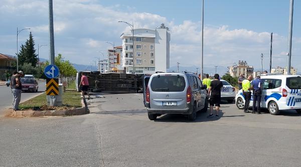 Hafif ticari araçla çarpışan minibüs devrildi: 2 yaralı