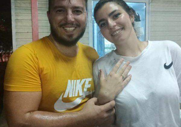Halı sahada sakatlanmış gibi yapıp, yanına gelen kız arkadaşına evlilik teklif etti