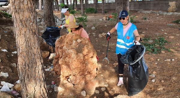 Hastane bahçesinde 18 torba çöp topladılar