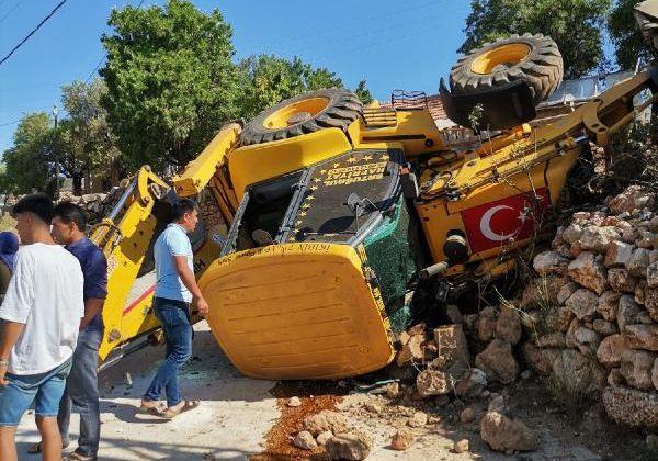 İş makinesi devrildi: 2 yaralı