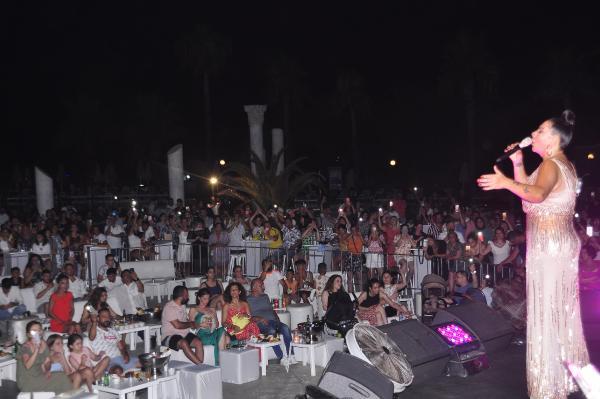 Işın Karaca konserinde sahnede evlilik teklifi