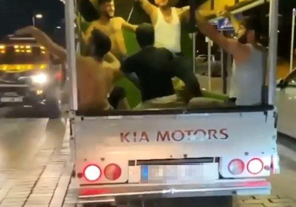 Kamyonet kasasında dans eden gençlerin tehlikeli yolculuğu kamerada