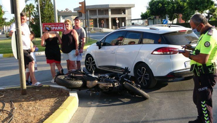 Kavşağa ters şeritten girince motosiklete çarptı: 1 yaralı