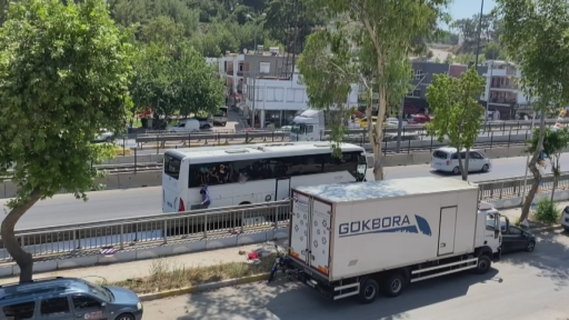 Kaza yapan otobüsün kapıları açılmayınca turistler camları kırıp otobüsten atladı