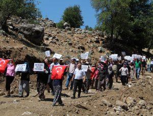 Köylüler, 'Arazimize çökmek istiyorlar' deyip kadın-erkek sokağa döküldü