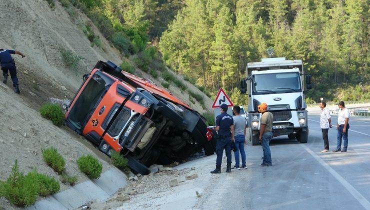 Lastiği patlayan kamyon devrilerek alev alev yandı