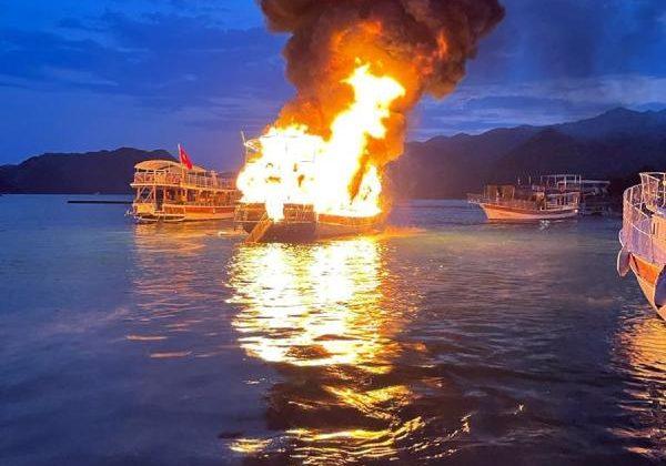 Limanda bağlı tur teknesi yangında kullanılamaz hale geldi