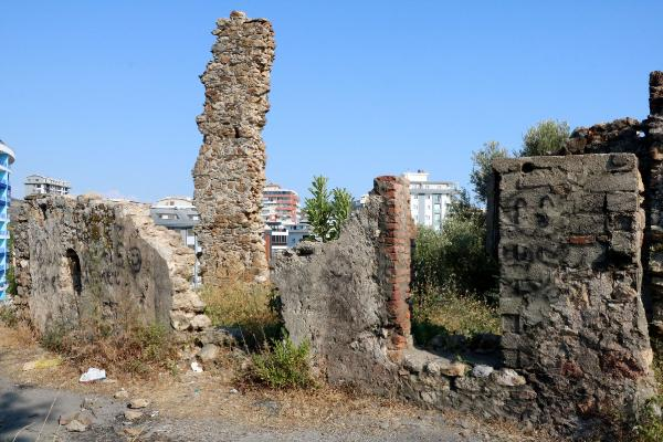 Naula Antik Kenti'nin duvarları karalama defteri gibi