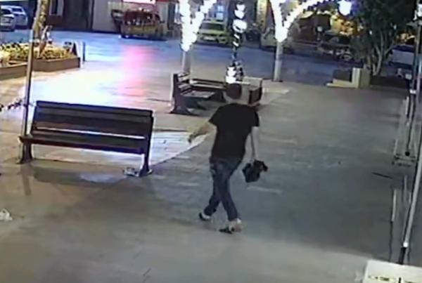 Önce keşif yaptı, sonra bankın üzerine bırakılan çantayı alıp gitti