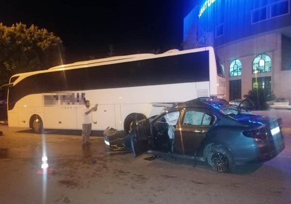 Otomobil önce refüje, ardından otobüse çarptı: 1 ölü, 2 yaralı