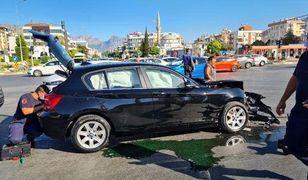 Otomobilin çarptığı ambulans devrildi: 3 turist yaralı