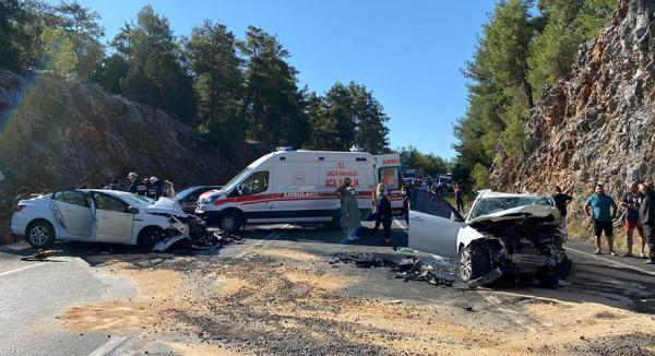 Otomobiller çarpıştı; polis memuru ve oğlu öldü, 5 kişi yaralandı