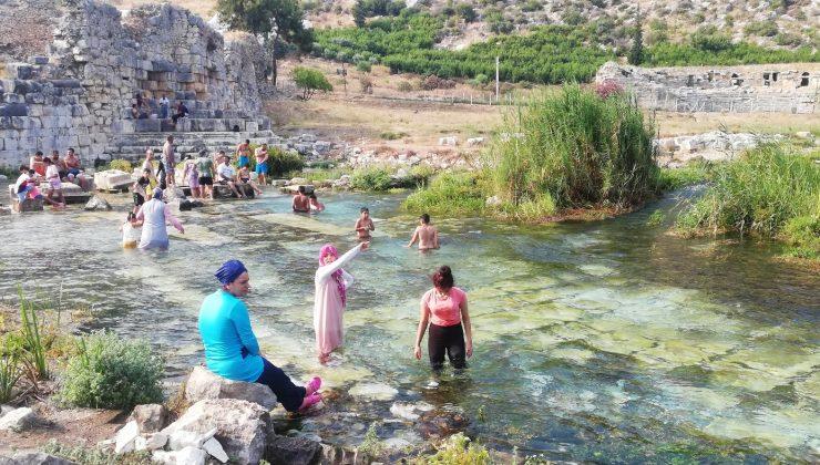 (ÖZEL) Antik kentteki buz gibi doğal havuzlarda tarihe kulaç atıyorlar