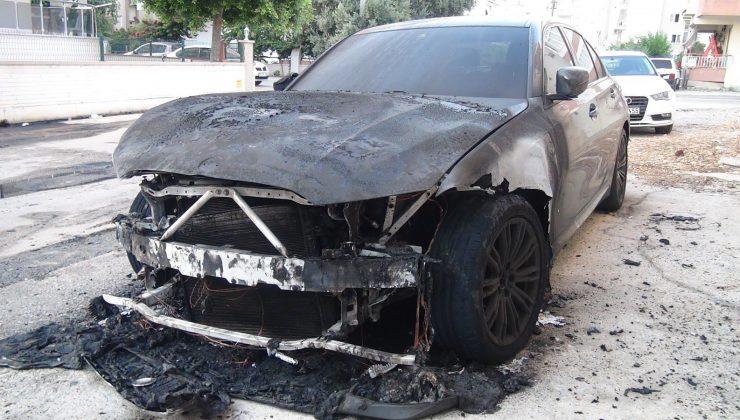 (ÖZEL) Lüks araba alev alev yandı, patlama sesi vatandaşları sokağa döktü