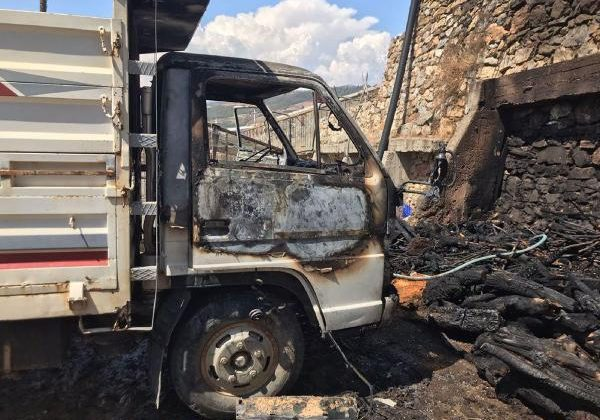 Park halindeki kamyonet yandı