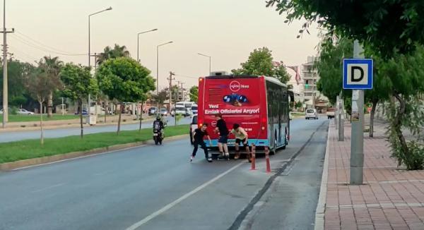 Patenli çocuklar, toprak zeminde otobüs şoföründen seke seke kaçtı