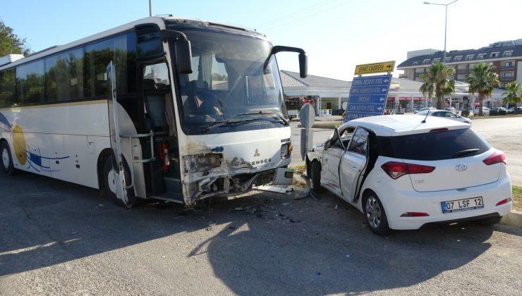 Servis otobüsü otomobile çarptı, baba ve 5 yaşındaki kızı yaralandı