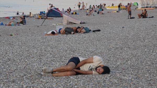 Sıcaktan bunalanlar Konyaaltı sahilinde sabahladı