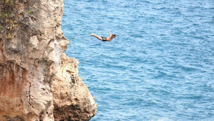 Şov uğruna dünyaca ünlü falezlere denizden iple tırmanıp ölüme davetiye çıkardılar