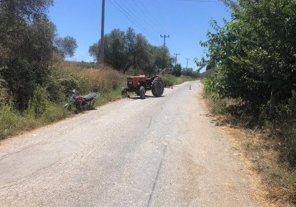 Sürücü belgesiz motosikletli traktörün altına girdi